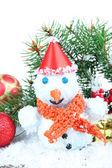 Hermoso muñeco de nieve sobre la nieve, aislado en blanco — Foto de Stock