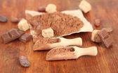 Kakaopulver på träbord — Stockfoto