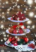 Стоят рождественские украшения на десерт, на фоне деревянных — Стоковое фото
