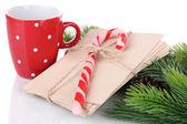 рождественские леденцы, чашку с горячим напитком и письма санта, изолированные на белом — Стоковое фото