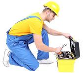 Manliga builder i gul hjälm isolerad på vit — Stockfoto