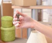 Weibliche hand mit tasten ob stapel kartons hintergrund: bewegte hauskonzept — Stockfoto