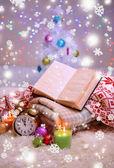 композиция с пледы, свечи и елочные украшения, на белый ковер на светлом фоне — Стоковое фото