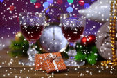 Wine glasses, retro alarm clock and Christmas decoration on bright background — ストック写真