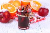 Duftenden Glühwein im Glas mit Schnee-Nahaufnahme — Stockfoto
