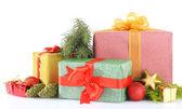 Vackra ljusa gåvor och jul inredning, isolerad på vit — Stockfoto