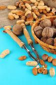 щелкунчик с орехами на деревянный стол крупным планом — Стоковое фото