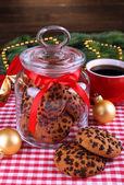 вкусные печенье рождество в банку на стол на деревянный фон — Стоковое фото