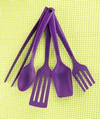 Plast köksredskap på tyg bakgrund — Stockfoto