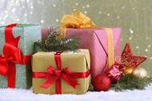 Lindos brilhantes presentes e decoração de natal, no fundo brilhante — Foto Stock