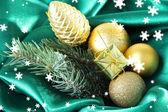 Hermosa decoración de navidad en tela de satén verde — Foto de Stock
