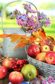 Juicy apples in basket on table on natural background — Stockfoto