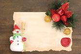 Frame mit vintage papier und weihnachts-dekorationen auf hölzernen hintergrund — Stockfoto