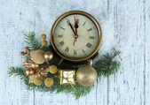 Uhr mit Tanne Äste und Weihnachten Dekorationen auf hölzernen Hintergrund — 图库照片