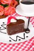 Sweet cake with chocolate on plate on table close-up — Stock Photo