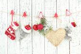 Weihnachten Zubehör hängen weiße Holzwand — Stockfoto