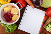 Taze sebze ve baharat ve kağıt, tahta arka plan ile ilgili notlar — Stok fotoğraf