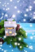 クリスマスのランタン、モミの木、明るい背景上の装飾 — ストック写真
