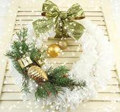 Weihnachtskranz auf hölzernen hintergrund — Stockfoto