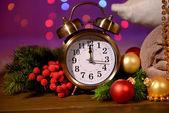 Şarap, gözlük, retro çalar saat ve parlak arka plan christmas dekorasyon — Stok fotoğraf