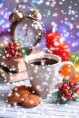 Fincan kahve ve yılbaşı süsleri parlak zemin üzerine masada kitap kompozisyon — Stok fotoğraf