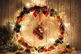 Belle guirlande de Noël, sur fond de bois — Photo