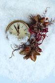 Saat ve christmas dekorasyon kar altında yakın çekim — Stok fotoğraf