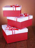 Schöne geschenk-schachteln auf tisch mit braunen hintergrund — Stockfoto