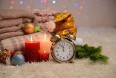 チェック模様、ろうそく、クリスマス装飾、明るい背景上の白いじゅうたんコンポジション — ストック写真