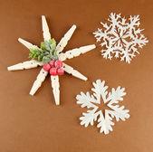 Schöne schneeflocken auf braunen hintergrund — Stockfoto