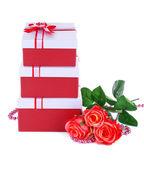 Krásné dárkové krabičky s květinami izolovaných na bílém — Stock fotografie