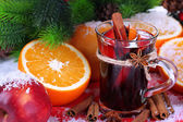 Fragrant mulled wine in glass on napkin close-up — Stockfoto