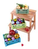 Krabice s vánoční ozdoby na malém žebříku, izolované na bílém — Stock fotografie