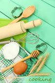 烹饪的概念。烘烤的基本成分和木桌上的厨房工具 — 图库照片