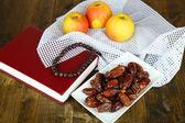 композиция с традиционными рамадана еда, на фоне деревянных — Стоковое фото