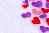 Kände lite hjärtan på snöiga bakgrund — Stockfoto