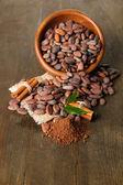 Kase, kakao tozu ve baharatlar ahşap zemin üzerine kakao çekirdekleri — Stok fotoğraf