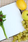 Conceito de cozinha. compras com vazio cookbook fechar — Fotografia Stock
