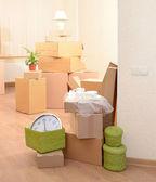 Habitación con pila de cajas vacías: concepto de la casa móvil — Foto de Stock