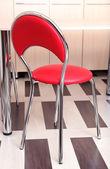 Moderní červené židle u stolu v kuchyni — Stock fotografie