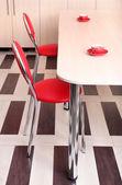 Modern kırmızı sandalye masa mutfak yakınında — Stok fotoğraf