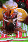 Fragrant mulled wine in glass on napkin close-up — Foto Stock