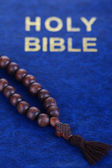 Bible with cross close-up — ストック写真