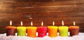 木製の背景で燃えているキャンドル — ストック写真