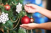 Versieren kerstboom op lichte achtergrond — Stockfoto