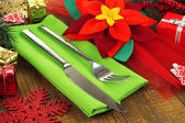 Kerst tabel instelling met feestelijke decoraties close-up — Stockfoto