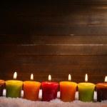 queimando velas em fundo de madeira — Foto Stock
