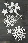 Schönes papier schneeflocken auf hölzernen hintergrund — Stockfoto