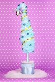 рождественская елка с изогнутой кончик на сиреневый фон — Стоковое фото
