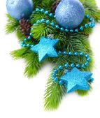 Bolas de navidad y estrellas decorativas en abeto, aislado en blanco — Foto de Stock
